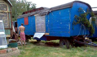 Der blaue Wagen steht