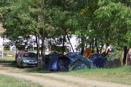 Unser Zeltplatz, im Hintergrund das Veranstaltungszelt