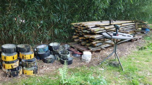 Holz- und Knotenstapel
